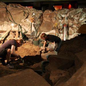 Arkeologit työssään Aboa Vetus & Ars Novassa.