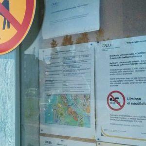 Ilmoitus suolistobakteerivaarasta ilmestyi Nallikarin ilmoitustaululle keskiviikkona iltapäivällä.