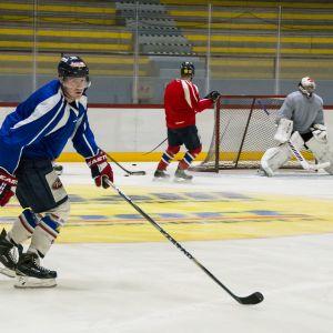 Jääkiekkoilijoita harjoituksissa.