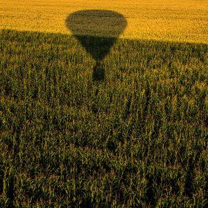 kuumailmapallo pellon yllä