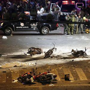 Pommi-iskun aiheuttamaa tuhoa  Chidlomin alueella Bangkokissa.