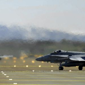 Suomen ilmavoimien F/A-18 Hornet-pari startissa Bodön tukikohdassa Norjassa
