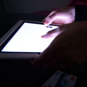 Nainen selaa nettiä tabletilla.