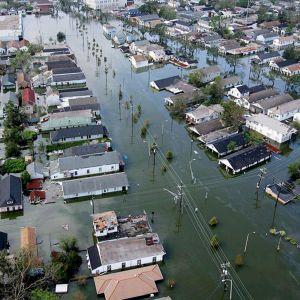 Täysin tulvaveden valtaama kaupunginosa.