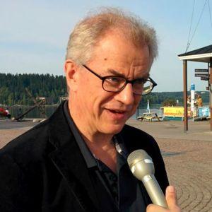 Osmo Vänskä haastattelussa Lahden satamassa.