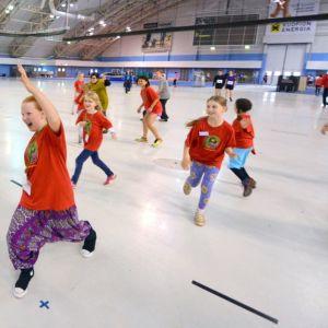 Lapset ja aikuiset leikkivät patsashippaa Kuopio-hallilla Anti-festivaalin tapahtumassa.