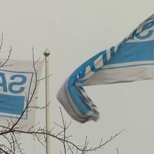 Liput liehuvat Sandvikin Turun-tehtaalla.