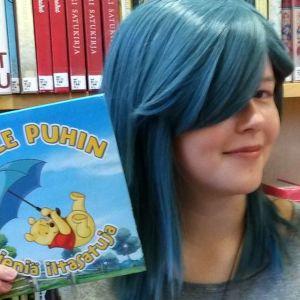 Nuori naisen esittelee kahta lastenkirjaa
