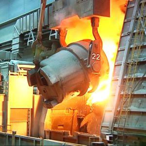Teräksen valmistusta Outokummun Tornion tehtaalla.