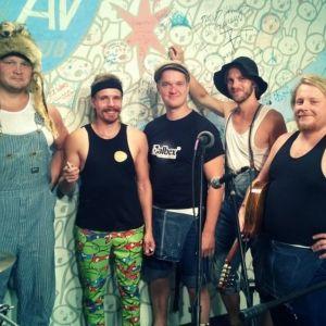 Steve 'n' Seagulls yhtyeen viisi jäsentä Chicagon AV Clubilla