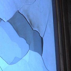 Ikkuna on rikki ja palsinpaloja puuttuu