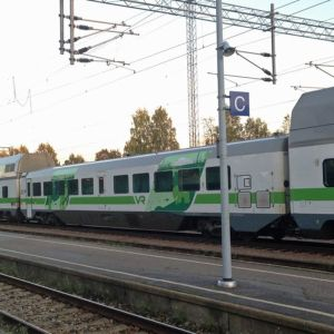 Juna Kajaanin rautatieasemalla.
