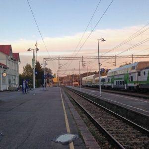 Kajaanin rautatieasema ja juna.