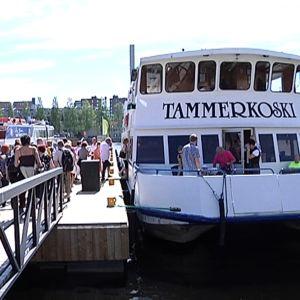 Ihmisiä menossa Tammerkoski-laivaan.