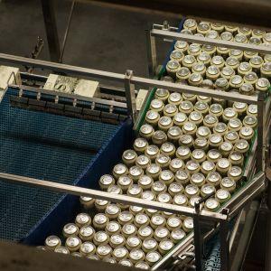 Oluttölkkejä linjastolla.