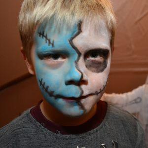 Lapsia naamiaisasuissa.