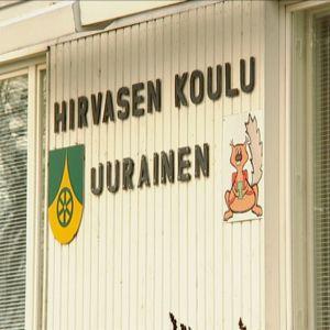 Hirvasen koulu Uuraisilla, nelostien varressa.
