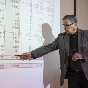 Talousjohtaja Jari Saarinen esittelemässä talouden numeroita.