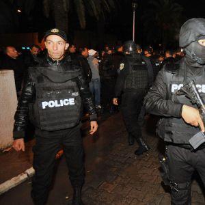 Tunisialaiset poliisit sulkivat tien räjähdyspaikan läheisyydessä Tunisissa.