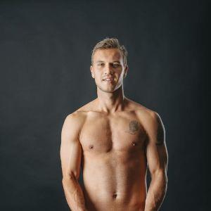 FC KTP:n Valeri Minkenen on yksi poikakalenterissa poseeraavista pelaajista