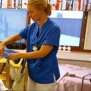 Hoitaja esittelee synnytystuolia.