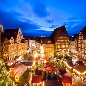 Joulutori on valaistu Hildesheimin perinteisellä joulutorilla Saksassa.