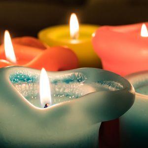 Kynttilä palamassa.