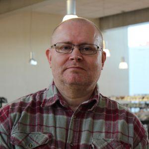 Oikeus- ja työministeri Jari Lindström Kuusankosken kirjastossa