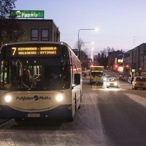 Seiskan bussi Torikadun pysäkillä.