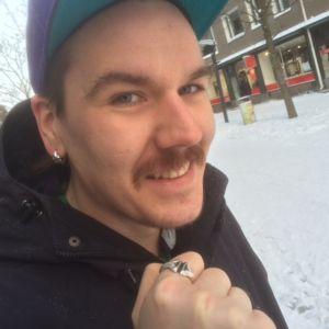 Lauri Mäkinen esittelee Torin vasara -sormustaan