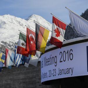 Liput liehuivat kongressikeskuksen katolla Davosissa, Sveitsissä kaksi päivää ennen Maailman talousfoorumin tapaamisen alkua.