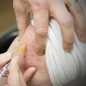 Kuvassa rokotetaan.