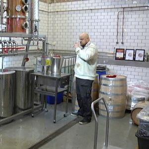 Master distiller Mikko Mykkänen tuoksuttelee viskitislettä Helsinki Distilling Companyn tislaamossa.