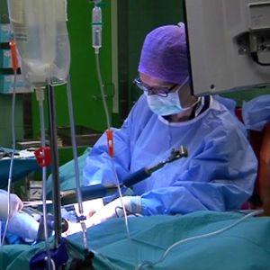 Leikkaustiimi hoitaa potilasta