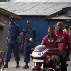 Poliisi partioi Bujumburan kaduilla heinäkuussa 2015.