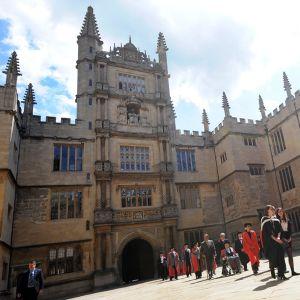 Opiskelu Britanniassa voi vaikeutua mahdollisen EU:sta irtautumisen takia. Kuvassa Oxfordin yliopisto rakennus.
