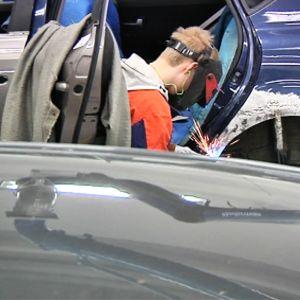 Autokoriasentajaopiskelija hitsaa auton KIAn koria Oulun seudun ammattiopistolla 23.2.2016.