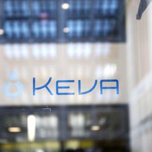 Keva -teksti ja logo lasisessa ovessa.