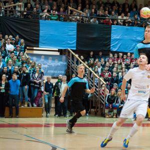 Liikunnan Riemun ja Kampuksen Dynamon pelaajat tavoittelevat palloa. vas. Tom Korolainen