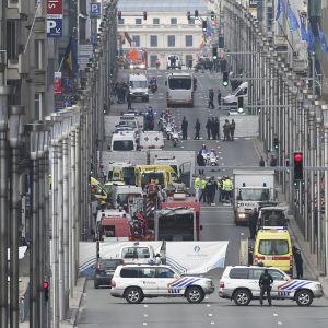 Pelastustyöntekijöitä Rue de la Loin kadulla Brysselissä Maelbeekin metroasemalla tapahtumeen räjähdyksen jälkeen 22. maaliskuuta.
