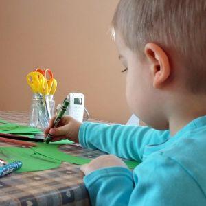 Lapsi piirtää ja askartelee