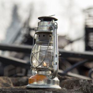 Kynttilä palaneen kirkon raunioilla.