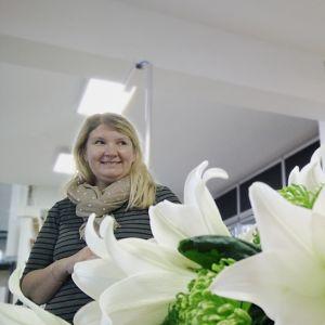 Sari Kuosmanen ja työharjoittelija kukkakauppa Kanervassa