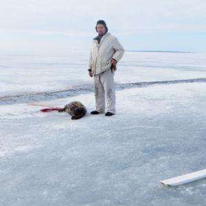 Hylkeenpyytäjät ja saaliiksi saatu Itämeren norppa.
