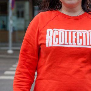 R-Collectionin college-paita naisen päällä.