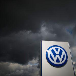 Volkswagenin logo tummaa taivasta vasten.