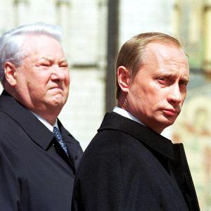 Väistyvä presidentti Boris Jeltsin ja tuleva presidentti Vladimir Putin virkaanastujaisseremoniassa 7. toukokuuta 2000.