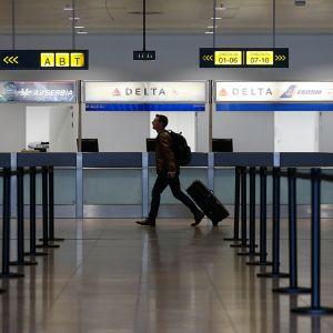 Matkustaja Brysselin lentokentällä.