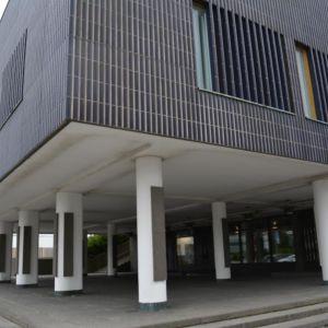 Seinäjoen kaupungin varastoihin on jo 1970-luvulla hankittu Aallon kaupungintalon pintamateriaaliksi suunnittelemia sauvatiiliä.