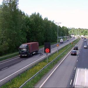 Liikennettä moottoritiellä kesäaikaan